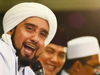 Jamaah bershalawat bersama Habib Syech