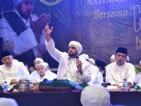 Habib Syech di atas panggung