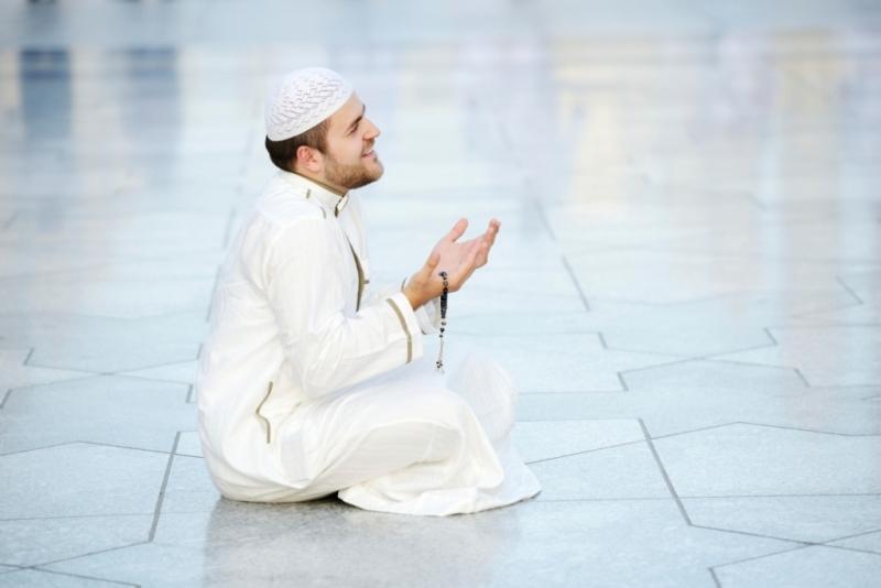 seorang muslim berdoa dengan ceria