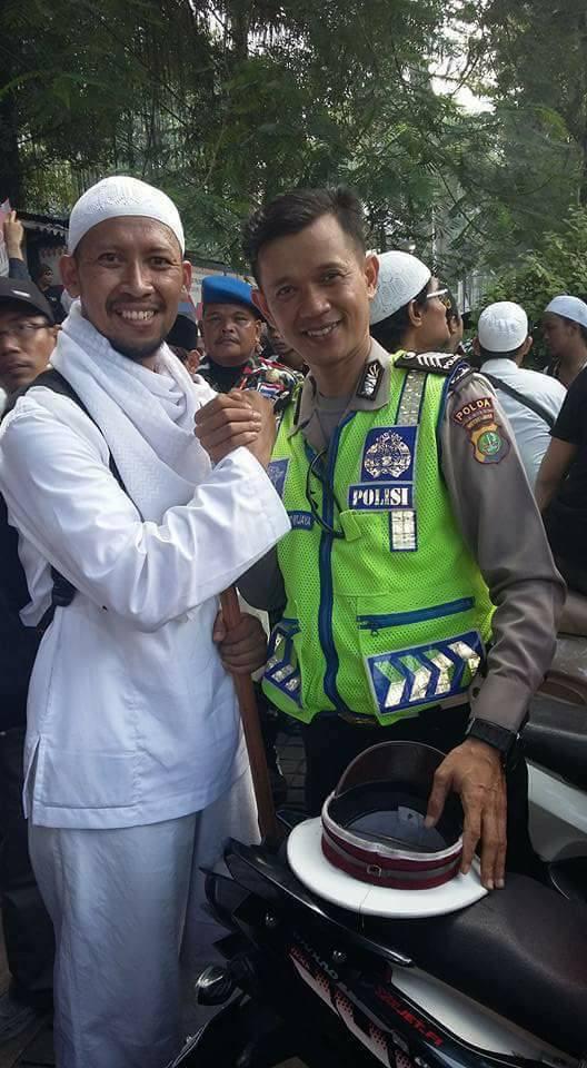 foto mengharukan aksi damai 4 november